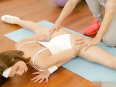 18-летняя гимнастка делает минет и наслаждается куннилингусом
