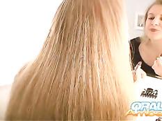 Блондинка Oral Amber снимает с мужчины джинсы и делает минет