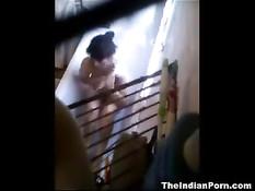 Скрытая камера снимает как брюнетка отсасывает мужчине в ванне
