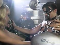 Похотливая блондинка отсасывает и кусает член мужчине в цепях