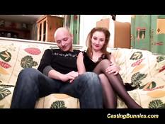 Французская девушка делает глубокий минет своему лысому парню