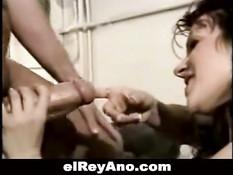 Опытная женщина лижет головку члена и вставляет в него пальцы
