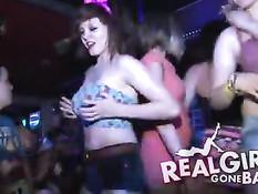 Выпившие девушки на сцене танцуют стриптиз и отсасывают парням