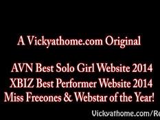 Горячая сиськастая блондинка Vicky Vette делает страстный минет