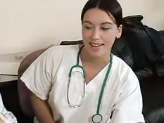 Молодая медсестра дрочит парню член и собирает сперму в стакан