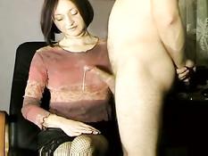 Опытная девушка руками доводит до семяизвержения своего парня