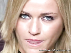 Симпатичная блондинка нежными руками довела до семяизвержения