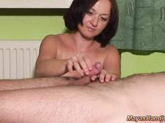 Голая жена усиленно дрочит член доводя мужа до семяизвержения