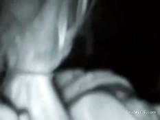 Молодая подруга в полной темноте делает парню минет и дрочит хуй