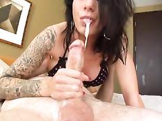 Мужчина заливает спермой рот татуированной девушки Juelz Ventura