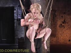 Обнажённой молодой блондиночке понравился жёсткий БДСМ секс