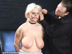 Татуированную блондинку с обвисшей грудью пытают прищепками