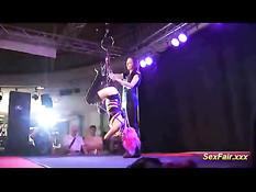 Девушка подвешивает связанную сучку на сцене эротического шоу