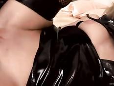 Госпожа с хлыстом Katy Caro в латексе трахается с чёрными рабами