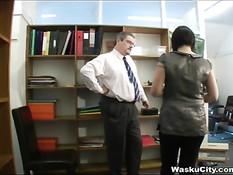 Строгий босс поймал британскую девушку и выпорол по голой жопе