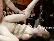 Худую девушку с маленькой грудью связали и отъебали на публике