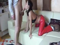 Мужик отъебал пьяную немецкую суку в красных латексных брюках