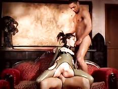 Брюнетка в латексном платье с голой жопой трахается с мужиками