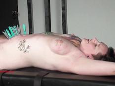 Отхлестал привязанную татуированную шлюшку с волосатой пиздой