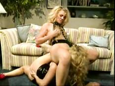 Блондинка в латексном платье вылизывает туфли и соски госпоже