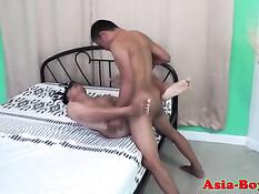 Гомосексуальные азиатские парни обнимаются и ебутся на кровати