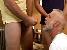 Седой гей отсасывает двум парням и наблюдает как они трахаются