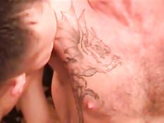 Гомосексуалисты целуются и вчетвером занимаются групповым сексом