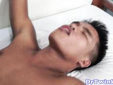 Гомосексуальный врач на койке оттрахал в анус азиатского парня