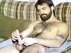 Волосатый гей с бородой позирует в голом виде и дрочит свой член