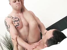 После страстных поцелуев гей с тату отсасывает и ебёт друга в анал