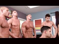 Гомосексуальные мужчины всемером занимаются групповым сексом