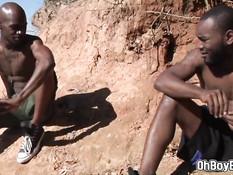 Возбуждённые чернокожие геи занимаются сексом на берегу озера