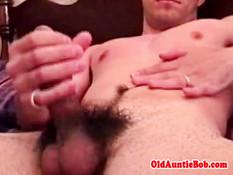 Гомосексуальный мужик раздевается и дрочит свой хуй на кровати