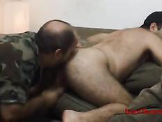 Мужик в армейском камуфляже отсасывает и дрочит волосатому гею