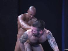 Мускулистый лысый гей целует и трахает в зад парня с татуировками