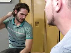 Молодой гей в раздевалке отсасывает другу хуй и подставляет зад
