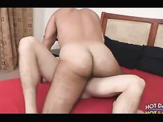 Здоровый гомосексуальный мужчина целует и трахает юного друга
