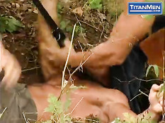 Мужики схватили в лесу мускулистого гея и вдвоём отодрали в анус