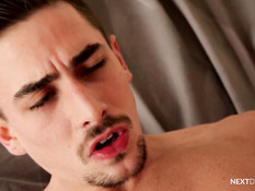 Гомосексуальный парень сосёт другу член в позе 69 и даёт в анал