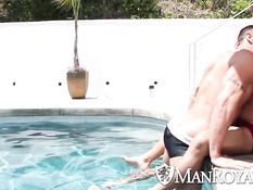 Зрелый гей облизывает молодого любовника в бассейне и ебёт в зад