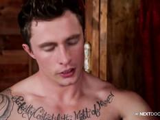 Гей с татуировками просовывает в дырку член и трахается с парнем