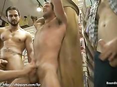 Развратные геи привязали парня к большому пенису и подрочили хуй