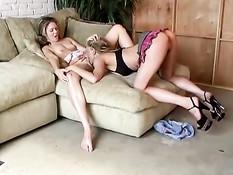 Грудастая лесбиянка лижет письку подруге с маленькими сиськами