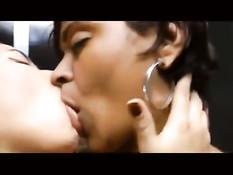 Две молодые лесбияночки страстно целуются с закрытыми глазами