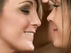 Страстные лесбийские поцелуи двух красивых молодых подружек