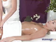 После эротического массажа с маслом девки занялись лесби сексом