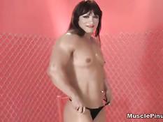 Мускулистая бодибилдерша Alicia Alfaro показывает большой клитор