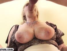Пожилая блондинка с большой грудью теребит клитор и сосёт член
