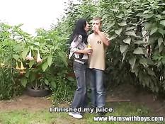 Брюнетка домохозяйка во дворе занимается любовью с работником