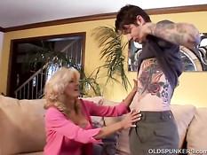 Светловолосая мамочка Lexi Carrington соблазнила молодого парня